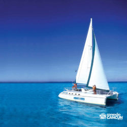 clube-de-praia-isla-discovery-catamara-dolphin-discovery-isla-mujeres-cancun-barco-catamara-no-mar