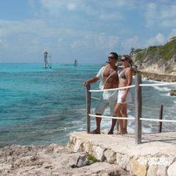 clube-de-praia-isla-discovery-catamara-dolphin-discovery-isla-mujeres-cancun-casal-na-beira-da-praia
