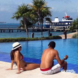 clube-de-praia-isla-discovery-catamara-dolphin-discovery-isla-mujeres-cancun-casal-relaxando-na-piscina