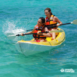 clube-de-praia-isla-discovery-catamara-dolphin-discovery-isla-mujeres-cancun-mulheres-no-kayak