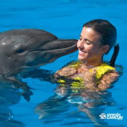 ventura-park-parque-cancun-golfinho-beijando-menina