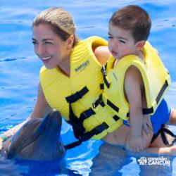 ventura-park-parque-cancun-mulher-acariciando-golfinho