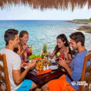 xcaret-cancun-casais-comem-no-restaurante-comida-com-frutas-e-diversas-carnes