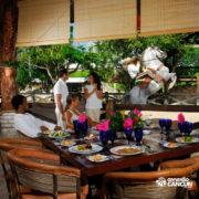 xcaret-cancun-casal-come-no-restaurante-vendo-show-de-cavalo