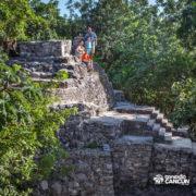 xcaret-cancun-familia-admira-zonas-arqueologicas