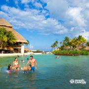 xcaret-cancun-familia-curte-praia-crianca-na-boia