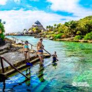 xcaret-cancun-familia-entrando-agua-mergulho-snorkeling
