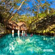 xcaret-cancun-familia-nada-no-rio-subterraneo