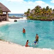xcaret-cancun-pessoas-curtem-praia-com-linda-paisagem