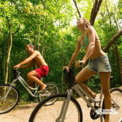 xel-ha-coba-parque-cancun-casal-andando-de-bicicleta
