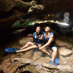 xel-ha-coba-parque-cancun-casal-observa-gruta