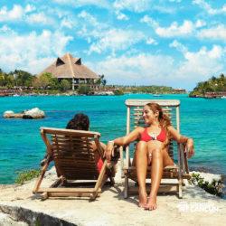 xel-ha-coba-parque-cancun-casal-relaxa-na-cadeira-de-praia-em-frente-ao-lago