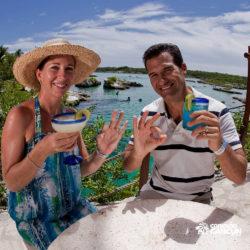 xel-ha-coba-parque-cancun-casal-tomando-drink-em-frente-ao-mar