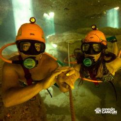 xel-ha-parque-cancun-casal-mergulha-com-equipamento