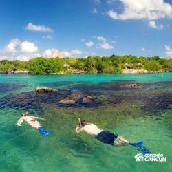 xel-ha-parque-cancun-casal-pratica-snorkeling-mergulho-na-praia