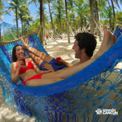 xel-ha-tulum-parque-cancun-casal-deitado-na-rede-tomando-suco