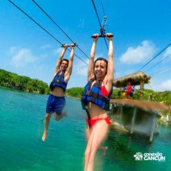 xel-ha-tulum-parque-cancun-casal-desce-tirolesa-por-cima-do-rio