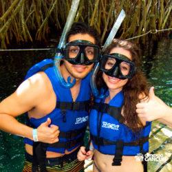 xel-ha-tulum-parque-cancun-casal-posa-para-foto-antes-de-mergulhar