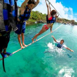xel-ha-tulum-parque-cancun-grupo-atravessa-corda-banda-por-cima-do-rio