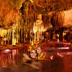 xplor-fuego-parque-cancun-casal-nadando-no-rio-subterraneo
