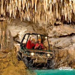 xplor-parque-cancun-casal-passa-por-caverna-com-carro-anfibio