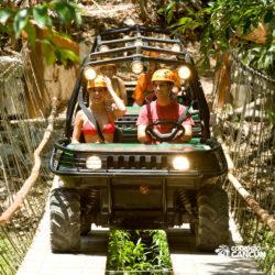 xplor-parque-cancun-grupo-pessoas-passam-por-ponto-em-carro-anfibio