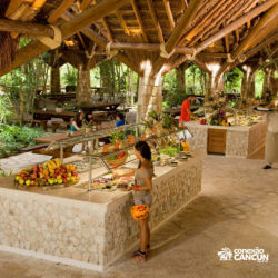xplor-parque-cancun-mulher-no-restaurante