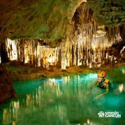 xplor-parque-cancun-mulher-no-rio-subterraneo