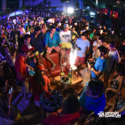 balada-noitada-boate-festa-mandala-beach-noite-cancun-grupo-de-amigos-em-uma-mesa