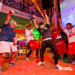 balada-noitada-boate-festa-sr-frogs-cancun-grupo-dancando-no-palco