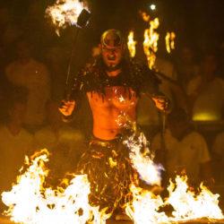 balada-noitada-boate-festa-the-city-cancun-artista-com-fogo-na-mao