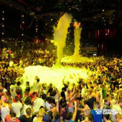 balada-noitada-boate-festa-the-city-cancun-grupo-dancando-na-chuva-de-espuma