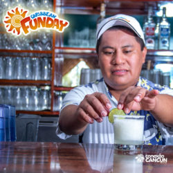 clube-de-praia-caribbean-funday-isla-mujeres-cancun-garcom-preparando-drink