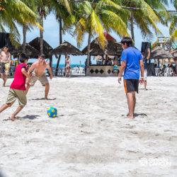 clube-de-praia-caribbean-funday-isla-mujeres-cancun-grupo-jogando-bola