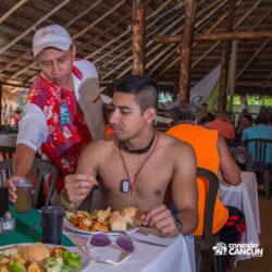 clube-de-praia-caribbean-funday-isla-mujeres-cancun-homem-no-restaurante