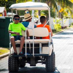 clube-de-praia-caribbean-funday-isla-mujeres-cancun-passeando-pelo-local-de-carrinho-de-golfe