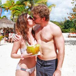 clube-de-praia-discovery-chankanaab-cozumel-cancun-casal-se-beijando