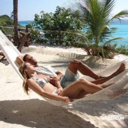 clube-de-praia-isla-discovery-dolphin-discovery-isla-mujeres-cancun-casal-descansando-na-rede