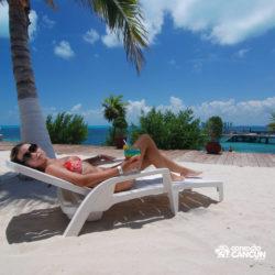 clube-de-praia-isla-discovery-dolphin-discovery-isla-mujeres-cancun-mulher-na-cadeira-de-praia