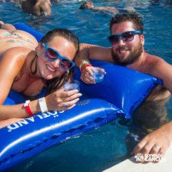 clube-de-praia-mandala-beach-dia-cancun-casal-na-boia-na-piscina