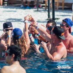 clube-de-praia-mandala-beach-dia-cancun-grupo-amigos-bebendo-na-piscina