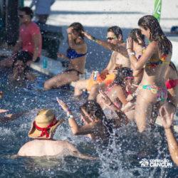 clube-de-praia-mandala-beach-dia-cancun-grupo-de-pessoas-dancando-na-piscina
