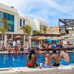 clube-de-praia-mandala-beach-dia-cancun-grupos-de-pessoas-na-piscina-pool-party
