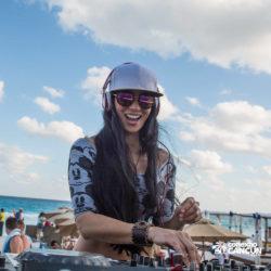 clube-de-praia-mandala-beach-dia-cancun-mulher-dj-tocando