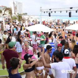 clube-de-praia-mandala-beach-dia-cancun-pessoas-dancando