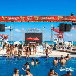 clube-de-praia-mandala-beach-dia-cancun-pessoas-dancando-na-piscina