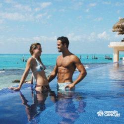 clube-de-praia-park-garrafon-dolphin-discovery-isla-mujeres-cancun-casal-na-piscina-em-frente-ao-mar