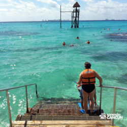 clube-de-praia-park-garrafon-dolphin-discovery-isla-mujeres-cancun-mulher-entrando-na-agua-snorkel
