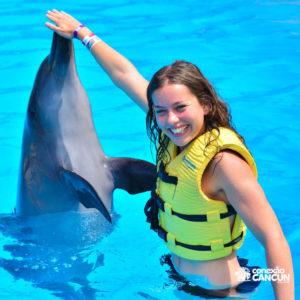 menina fazendo uma das atividades do Dolphin Interactive Program