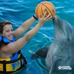 dolphin-royal-swim-vip-plus-isla-mujeres-cancun-mulher-joga-bola-com-golfinho